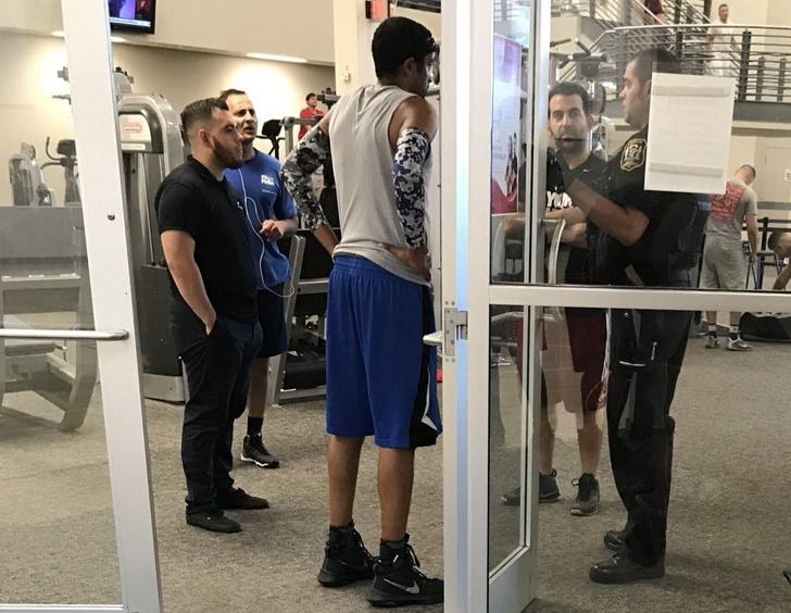 Фото №1 - Американского баскетболиста во время матча толкнул соперник. Тот не растерялся и вызвал полицию