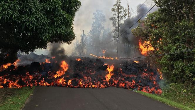 Лава из вулкана на Гавайях заливает жилые районы (ВИДЕО)