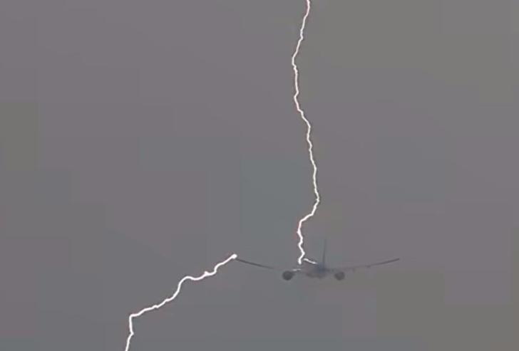 Фото №1 - Ого! Мощная молния ударила в летящий авиалайнер! (ВИДЕО)