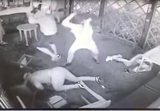 Эпичная драка в английском баре (видео с неожиданной развязкой!)