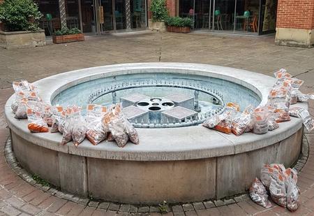В Великобритании в фонтан высыпали 100 000 монет, чтобы проверить, как отреагируют прохожие