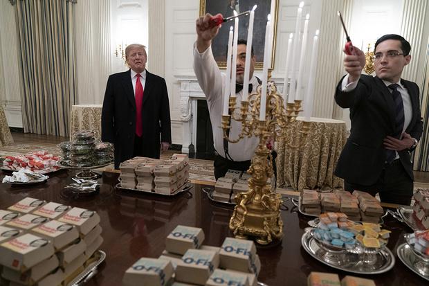 Фото №2 - Дональд Трамп накормил спортсменов фастфудом и стал героем фотожаб