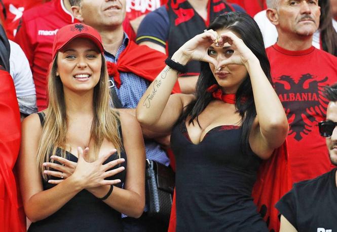 Болельщицы Албании