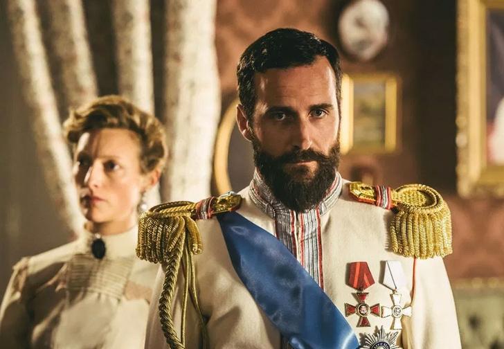 Фото №1 - В первых же сериях «Последних царей» от Netflix зрители нашли грубые неточности