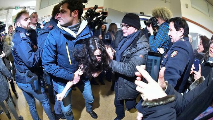 Фото №4 - Приходит, значит, Берлускони на выборы — а на него полуголая активистка как выскочит! (Оголтелое ВИДЕО)