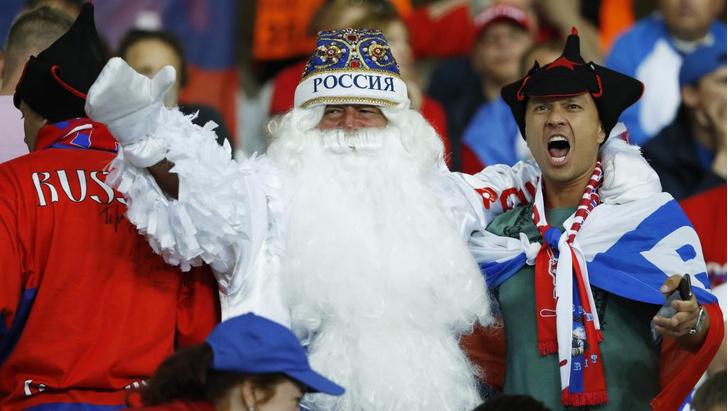 Фото №5 - Слепой испанец, бешеные ирландцы и Дед Мороз. Почему фанаты на Евро-2016 — это не только драки