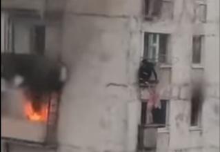Парень спас детей из пылающей квартиры, подняв их к себе на балкон (отважное видео)