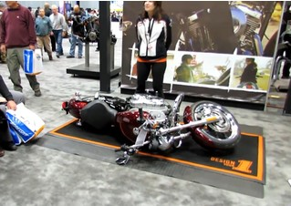 Девушка показывает, как поднять тяжеленный мотоцикл (видео)