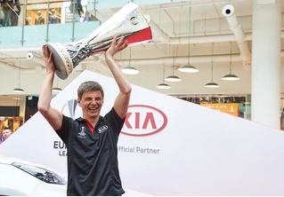 КIA привезла в Москву кубок Лиги Европы UEFA