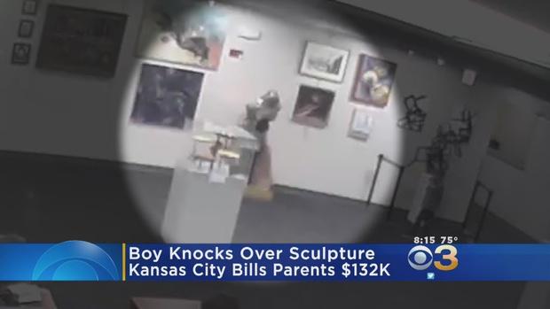 Фото №1 - Посмотри, как маленький мальчик разломал скульптуру в музее! Теперь его родители заплатят 132 тысячи долларов! (ВИДЕО)