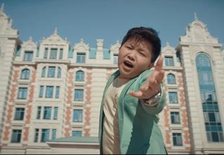 Финалист «Голос.Дети» Ержан Максим снялся в рекламе с троллингом Первого канала (видео прилагаем)