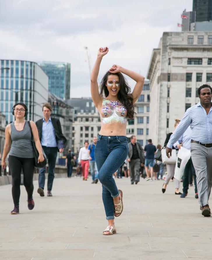 Фото №13 - Модель прошлась по городу топлес в поддержку тренда «грудь в блестках»!