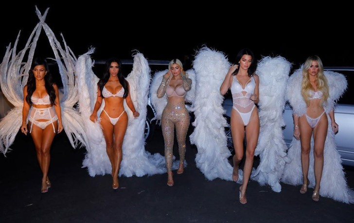 Фото №1 - Сестры Кардашян нарядились ангелами Victoria's Secret!
