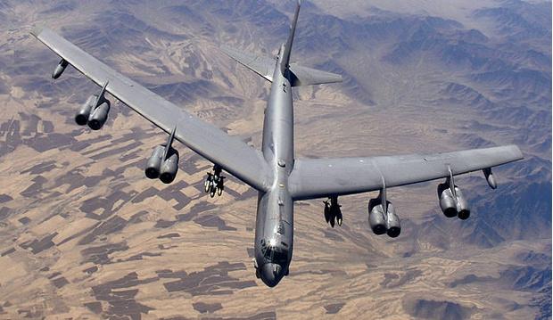 Сверхдальний стратегический бомбардировщик B-52 «Стратофортресс» в полете
