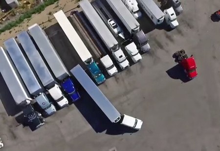 Профессиональный водитель паркует фуру (видео с дрона)