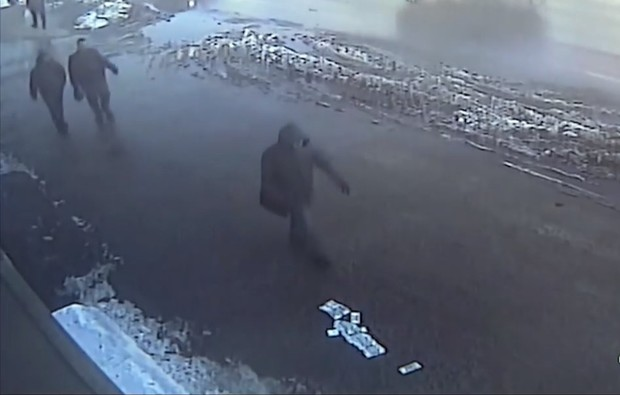 Фото №1 - Грабитель украл 30 миллионов рублей, но выронил деньги по дороге! Посмотри, как реагируют прохожие! ВИДЕО