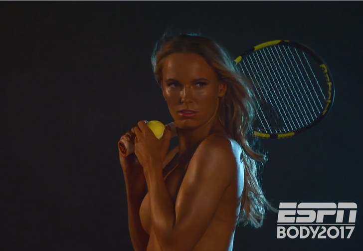 Фото №1 - Теннисистка Каролина Возняцки сфотографировалась для рекламы совершенно голой!