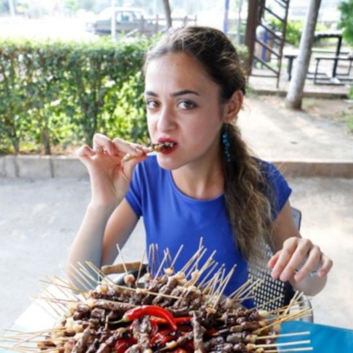 Фото №1 - Посмотри, как эта миниатюрная девушка съедает 255 кебабов за 23 минуты! (ВИДЕО)