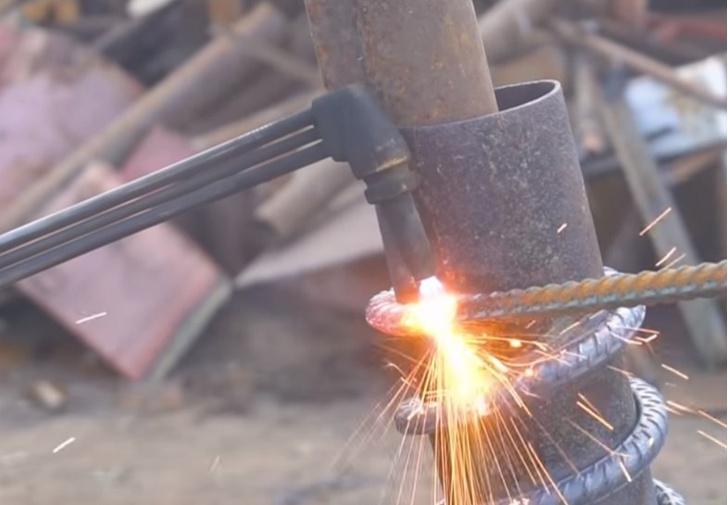 Фото №1 - Мужики смастерили автомобилю пружины из арматуры и прокатились (видео)