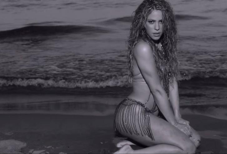 Фото №1 - Влажная Шакира в новом клипе Clandestino! Две перемены бикини и горячие танцы в прибое!