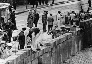 Ровно 58 лет назад началось строительство Берлинской стены (12 фото)