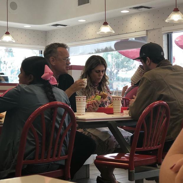 Фото №2 - Том Хэнкс пришел в обычную закусочную и купил всем бургеры