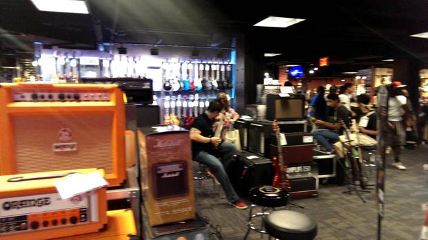 Фото №1 - Уникальная атмосфера музыкального магазина в Нью-Йорке (видео для раздражения)