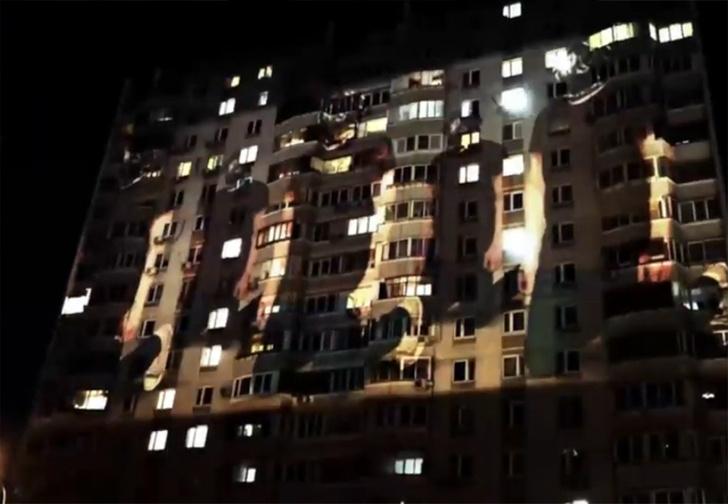 Фото №1 - В Москве активисты вышли на борьбу с многоквартирной сектой, устроив светопредставление на жилом доме (странное видео)