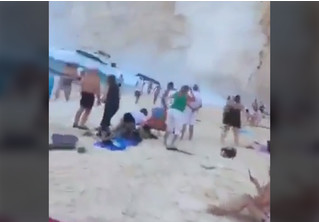 Обвал скалы на людном греческом пляже