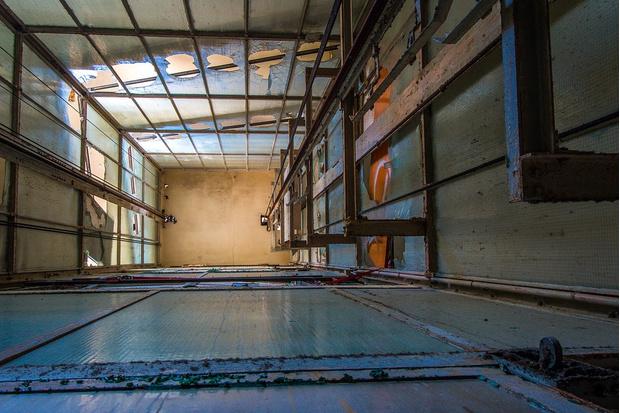 Фото №1 - А если подпрыгнуть в падающем лифте — поможет? Отвечают физики