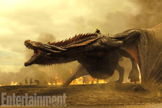 Фото №1 - Интригующие фотографии со съемок нового сезона «Игры престолов»