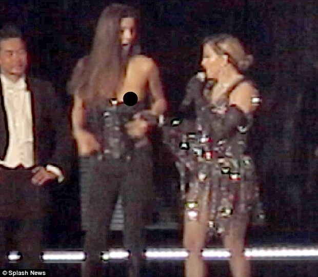 Мадонна оголила 17-летнюю фанатку