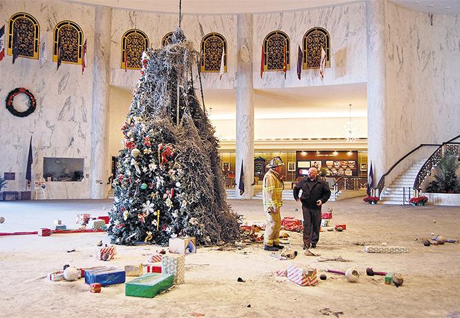 Фото №4 - Елочка, зажгись! 14 фотографий новогодних разрушений