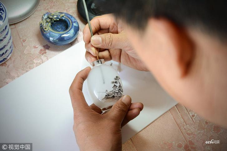 Фото №1 - Китайское искусство росписи бутылок изнутри (видео)
