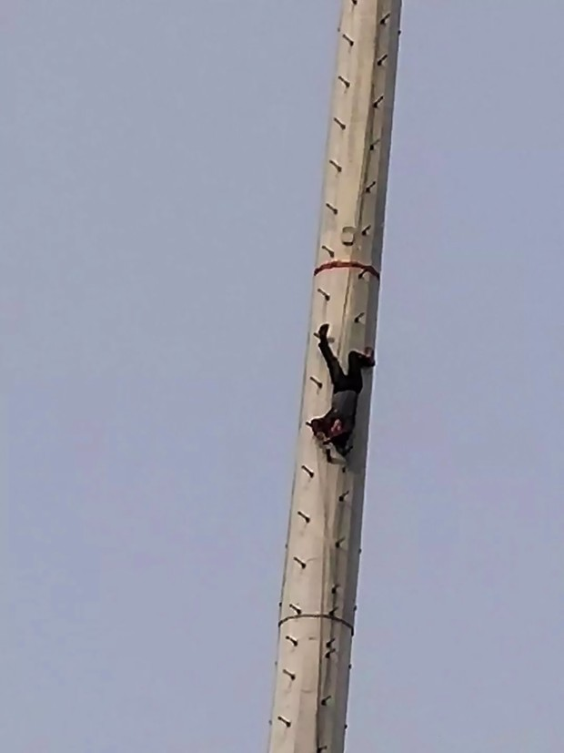Фото №3 - В Китае пьяный мужчина решил стать Человеком-пауком и завис на огромной высоте вниз головой (фото)