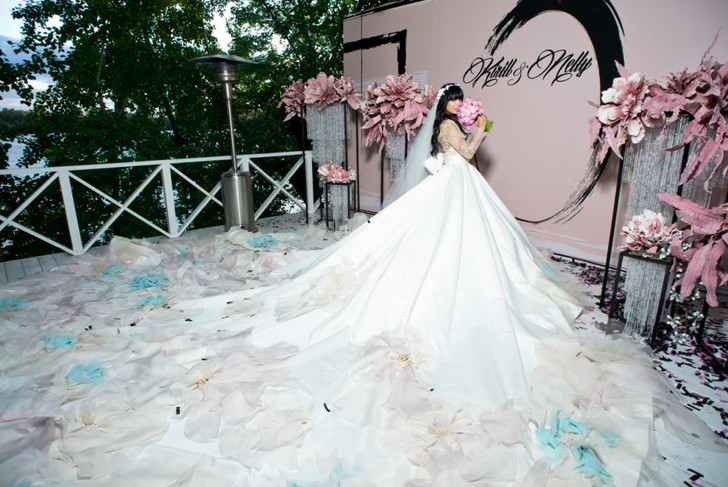 Фото №1 - Ах эта Нелли: ведущая RU.TV устроила себе огромную свадьбу