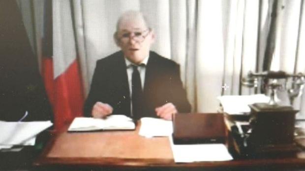 Фото №2 - Надев резиновую маску, аферист украл миллионы евро, притворяясь французским министром  (фото)