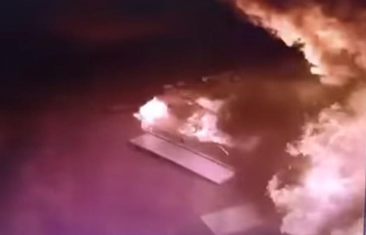 Фото №1 - Рассеянный водитель забыл пистолет в бензобаке и спалил заправку! (кромешное ВИДЕО)