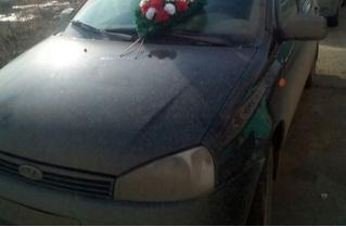 Мужик обнаружил в лобовом стекле своей машины топор с похоронным венком (фото прилагается)