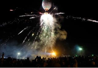 На торжествах в Мьянме взорвался воздушный шар, груженный фейерверками (видео)