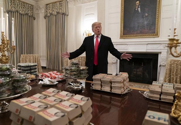 Фото №1 - Дональд Трамп накормил спортсменов фастфудом и стал героем фотожаб