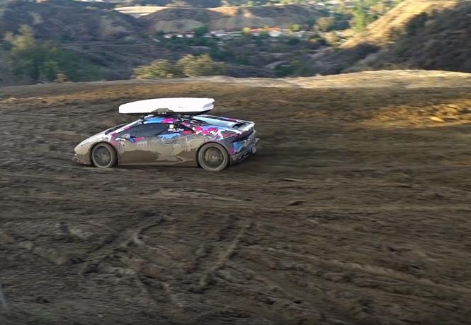 Смотри, как Lamborghini задорно барахтается в глине. Грязное видео!