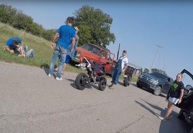 Мотоциклисты против автогопников: безумная драка на дороге в Оклахоме