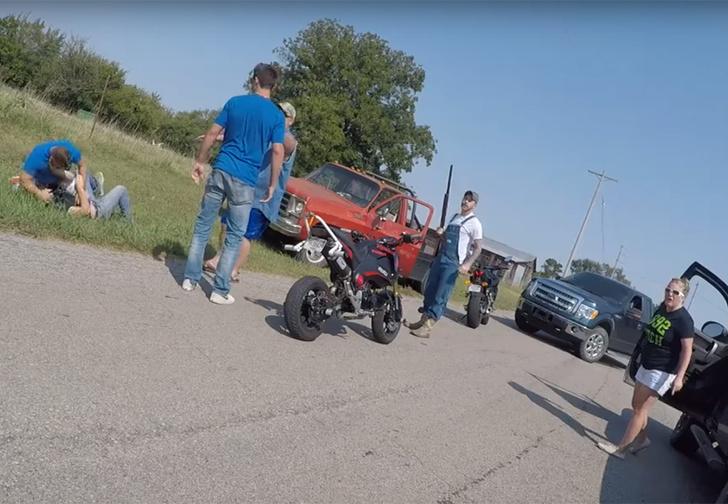 Фото №1 - Мотоциклисты против автогопников: безумная драка на дороге в Оклахоме