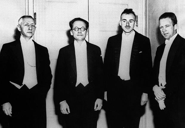 Лауреаты Нобелевской премии 1933 года. Слева направо: писатель Иван Бунин и физики Эрвин Шрёдингер, Поль Дирак и Вернер Гейзенберг
