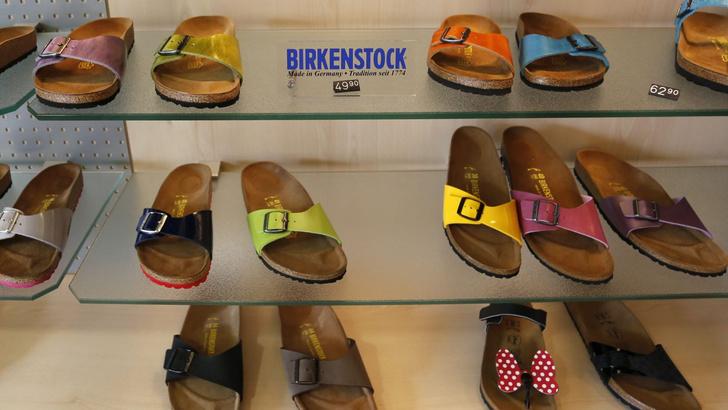 Фото №1 - Немецкий суд запретил продажу сандалий, потому что никто не может запомнить, как они называются