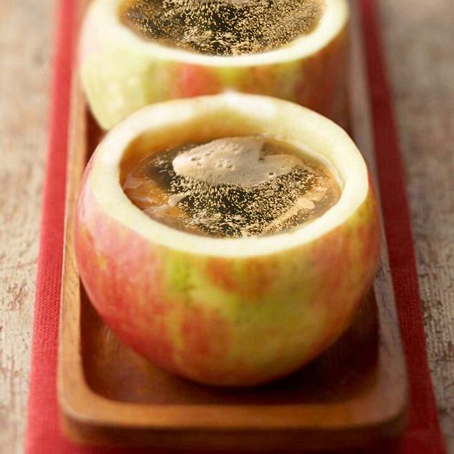 Шампанское в бокалах из яблок
