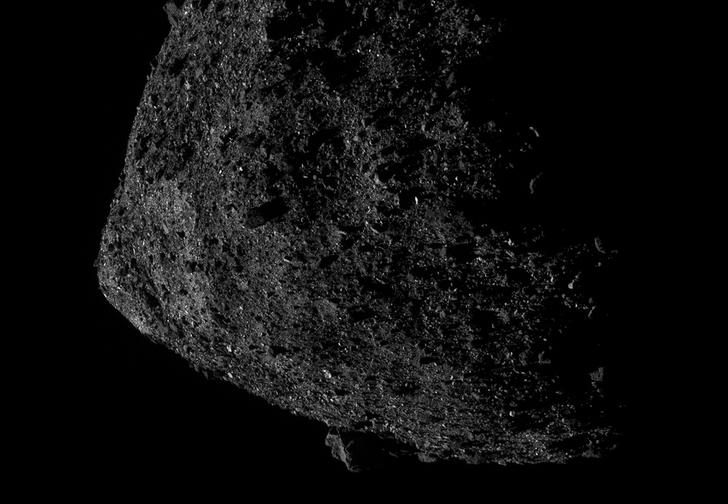 Фото №1 - Космический корабль NASA с рекордно близкого расстояния снял астероид Бенну (огромное фото)