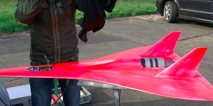 Фото №1 - Игрушечный самолет с максимальной скоростью 727 км/ч (ВИДЕО рекорда)