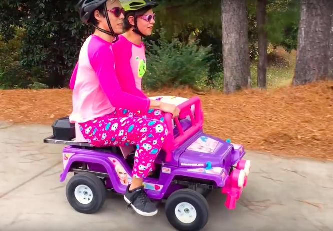 Что будет, если на игрушечную машинку для Барби установить двигатель 250cc (ВИДЕО)